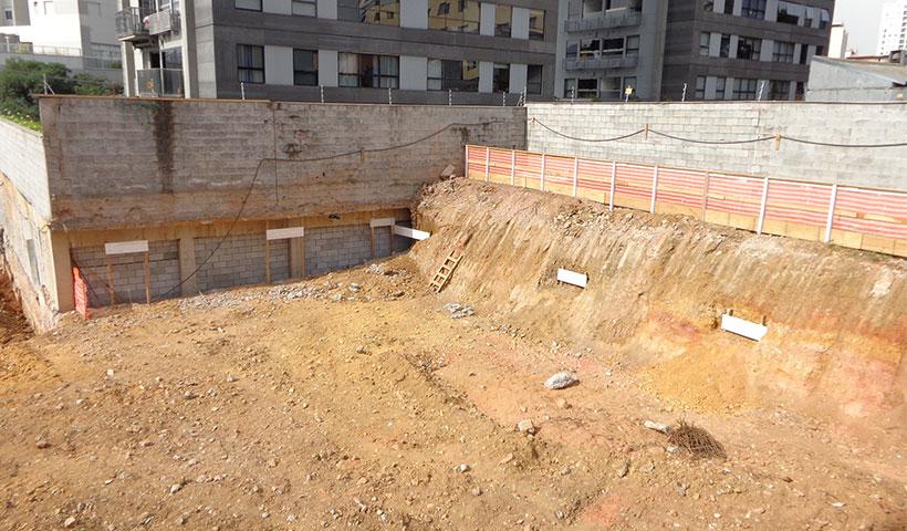 Vista terreno escavado - Acesso à rua Diogo de Quadros